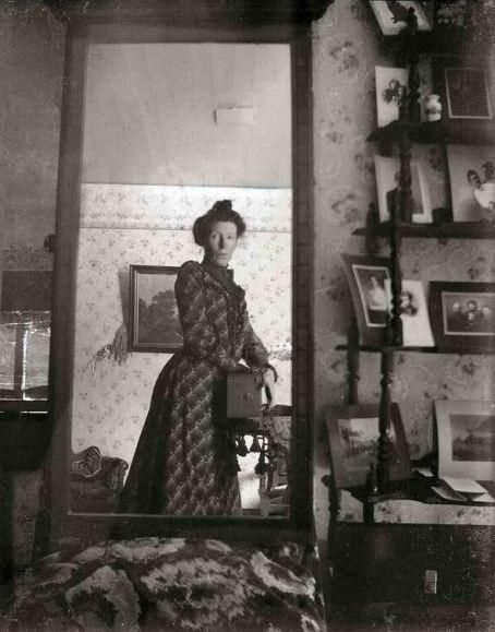 Imagen mujer autodoto en el espejo a principios del siglo XX