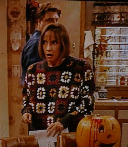 Jackie de Roseanne con jersey macramé, look hipster