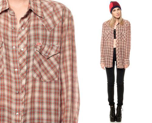 Chica hipster con camisa de rayas