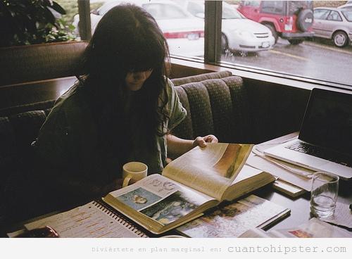 Moderna estudiando para los finales de arte en una cafetería