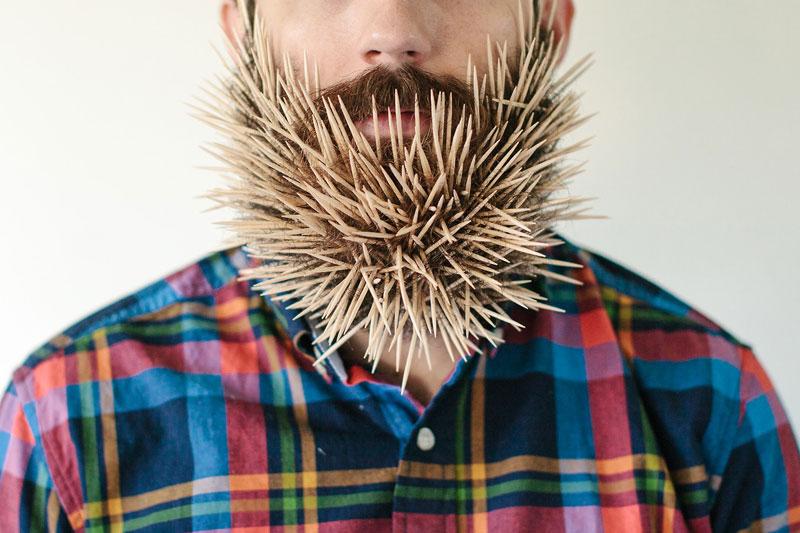 Foto chico barba larga dispensadora de palillos de dientes