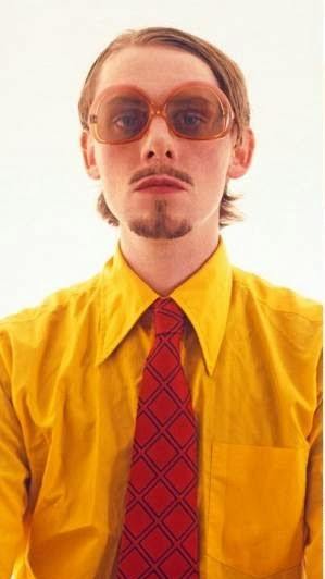Chico hipster con look ridículo y gafas retro