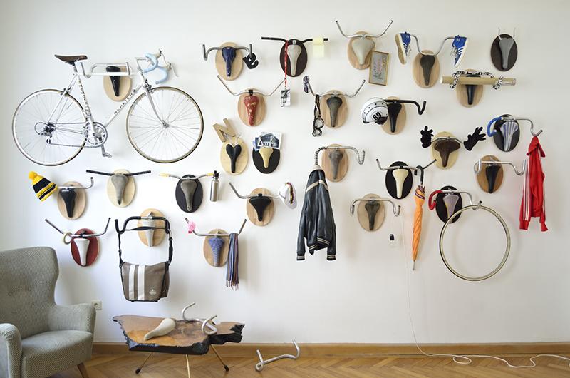 Pared Trofeos caza hipster, manillares y sillín de bicicleta