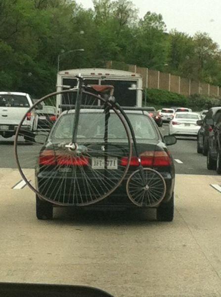 Bicicleta de rueda grande atada en un coche