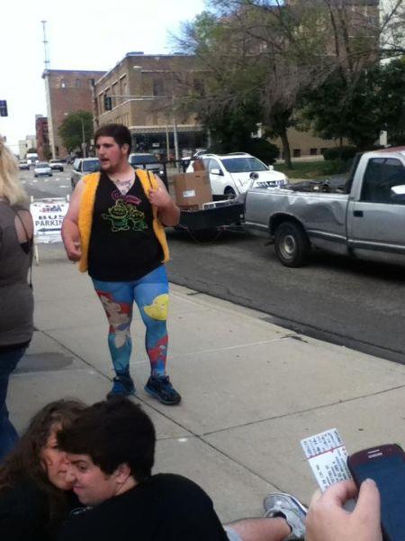 Hipster con un look ridículo y con leggins de La sirenita
