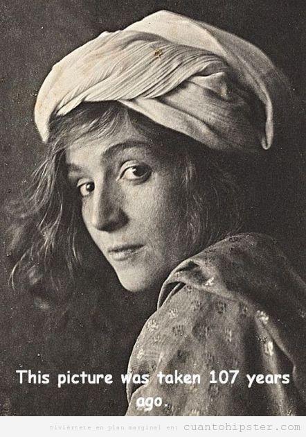 Foto antigua de una chica a principios siglo XX con apariencia moderna