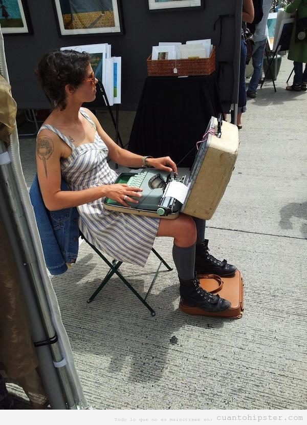 Foto chica hipster con máquina de escribir en un mercadillo