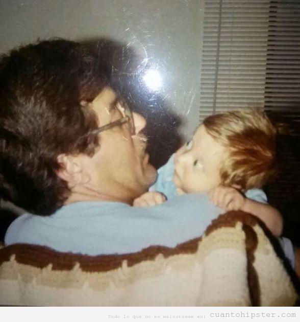 Imagen antigua de un padre con look hipster y su bebé