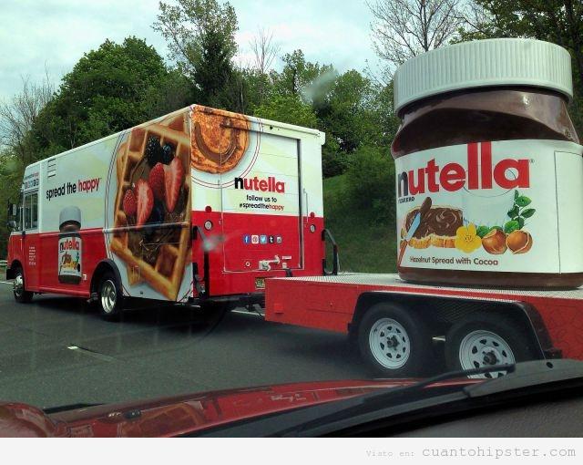 Foto de un camión remolcando un bote de nutella de 100 kilos