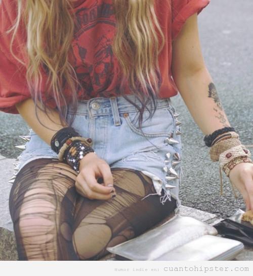 Foto de una chica con look grunge y las medias rotas