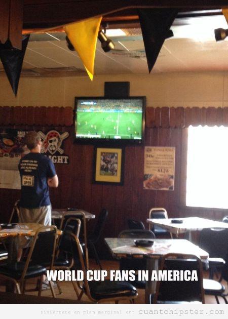 Aficionado Mundial Fútbol en Estados Unidos solo en el bar