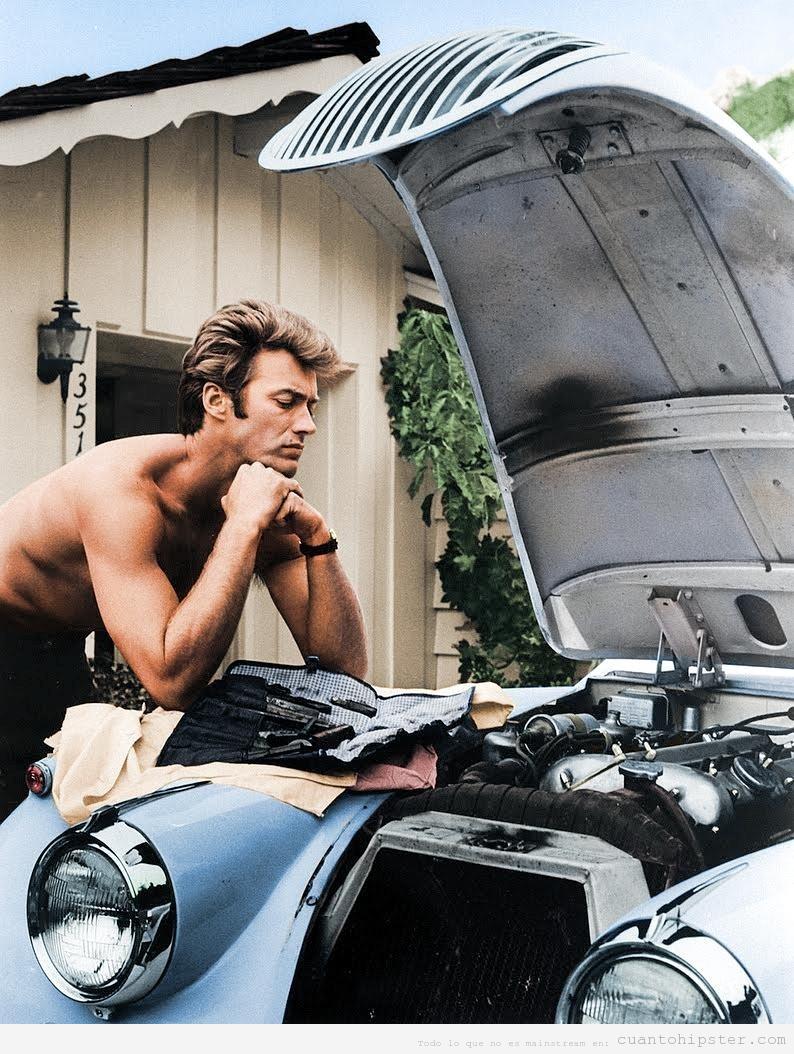 Clint Eastwood trabajando en su  coche, un 1958 Jag XK 120 en 1960