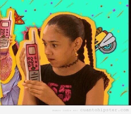 Frame gracioso de una serie de los años 2000 con un móvil