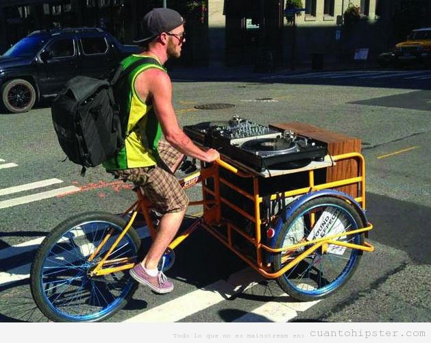 Foto de un hispter DJ en bicicleta