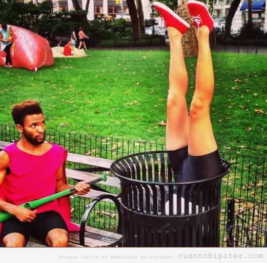 Foto graciosa performance hipster en una papelera