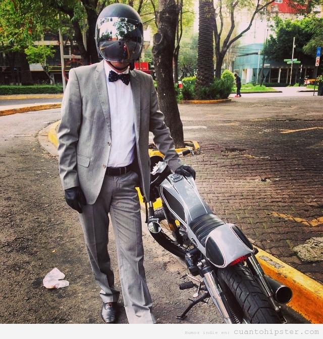 Hipster vestido elegante en moto de motocross