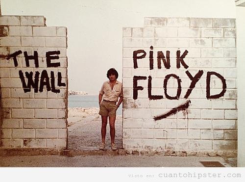Foto antigua padre hipster recreando portada The walll Pink Floyd