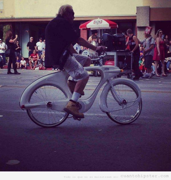 Señor mayor look hipster en una bicicleta moderna