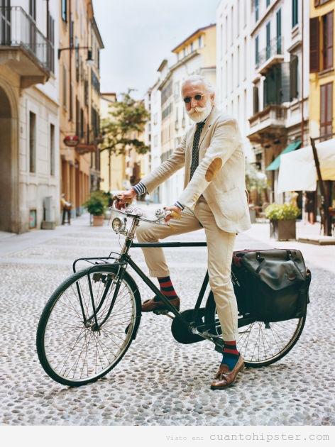 Foto de un señor mayor elegante en bicicleta