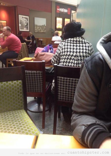 Foto chica hipster con abrigo pata gallo juego silla