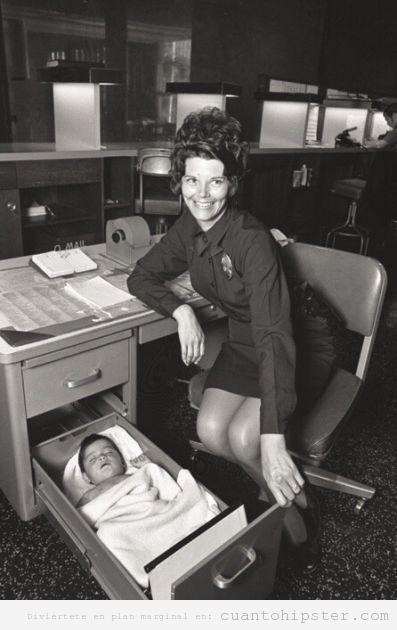 Foto antigua, oficinista con bebé en un cajón del escritorio