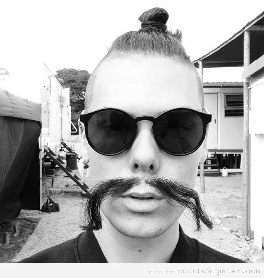 Foto de un chico hipster con bigote
