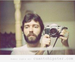 Padre hipster selfie con cámara analógica