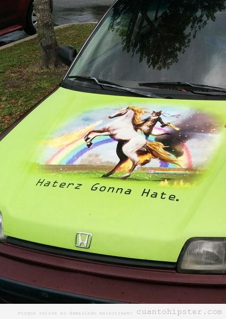 Dibujo de un gato en unicornio pintado en el capó de un coche