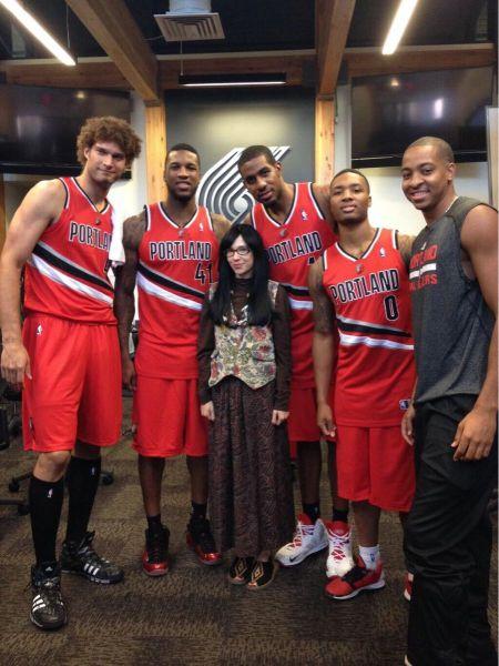 Chica look beatnik con jugadores basket