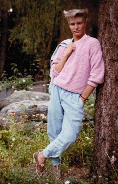 Chico con pesqueros y jersey, look años 80