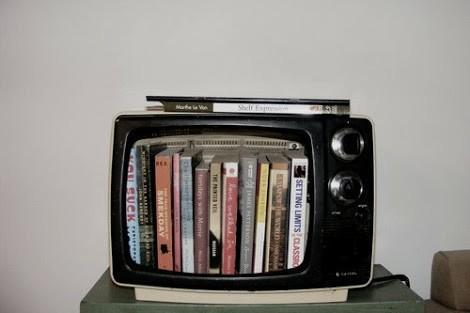 Televisor vintage como estantería libros o biblioteca