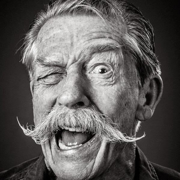 Foto de señor mayor con bigote hipster