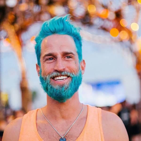 Chico hipster con el pelo y la barba teñidos de azul