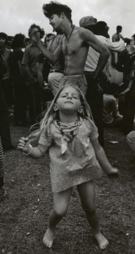 Foto bonita de una niña hippie bailando en un festival