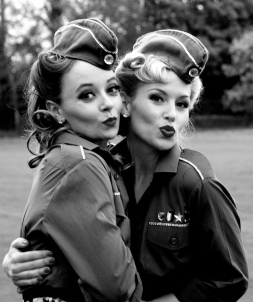 Foto antigua de chicas pinup en uniforme