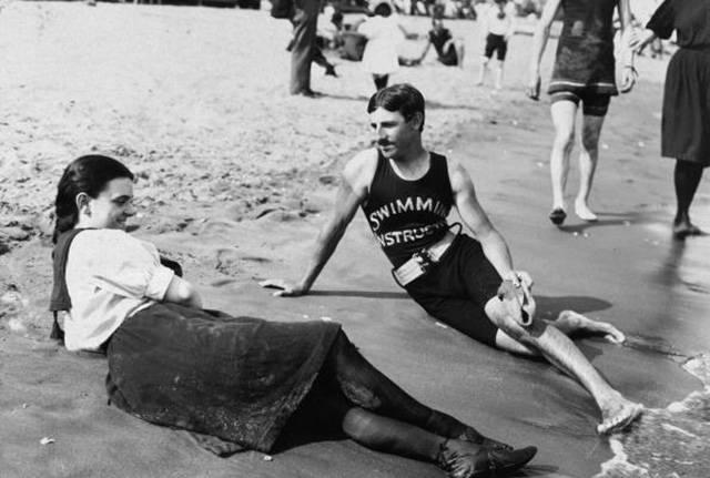Foto vintage, monitor de natacón en la playa, principios siglo XX