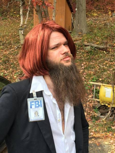 Hipster con barba disfrazado de Scully de Expediente X