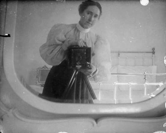 Mujer haciéndose un selfie en el baño, siglo XIX