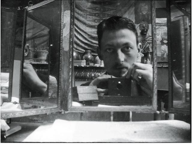 Foto antigua, un selfie en el espejo en el siglo XIX