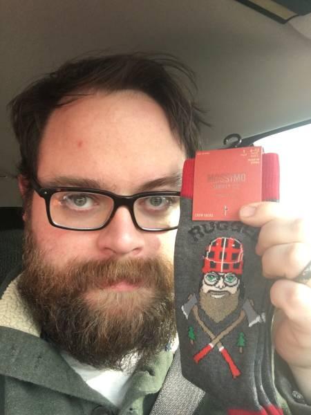 Foto de un hipster, parecido razonable leñador en calcetín