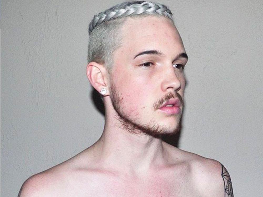 Peinado con diadema de trenza para hombre