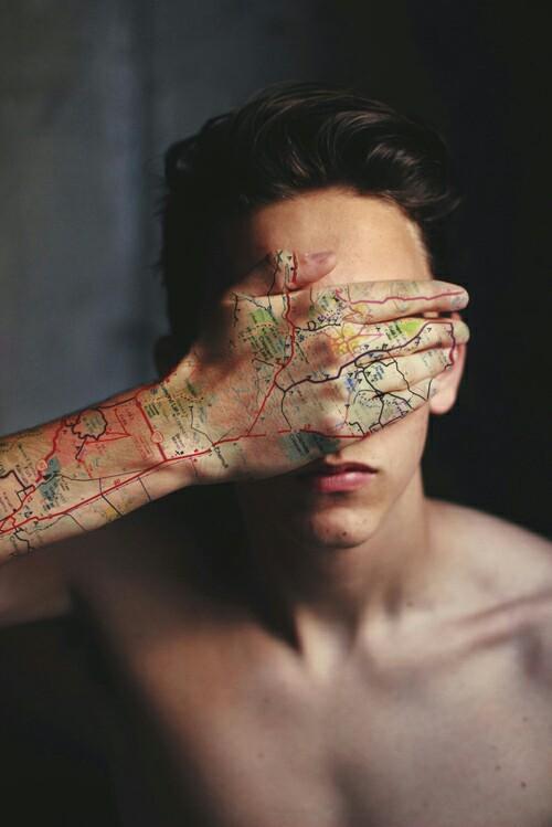 Tatuaje hipster mapa ciudad en la mano y el brazo
