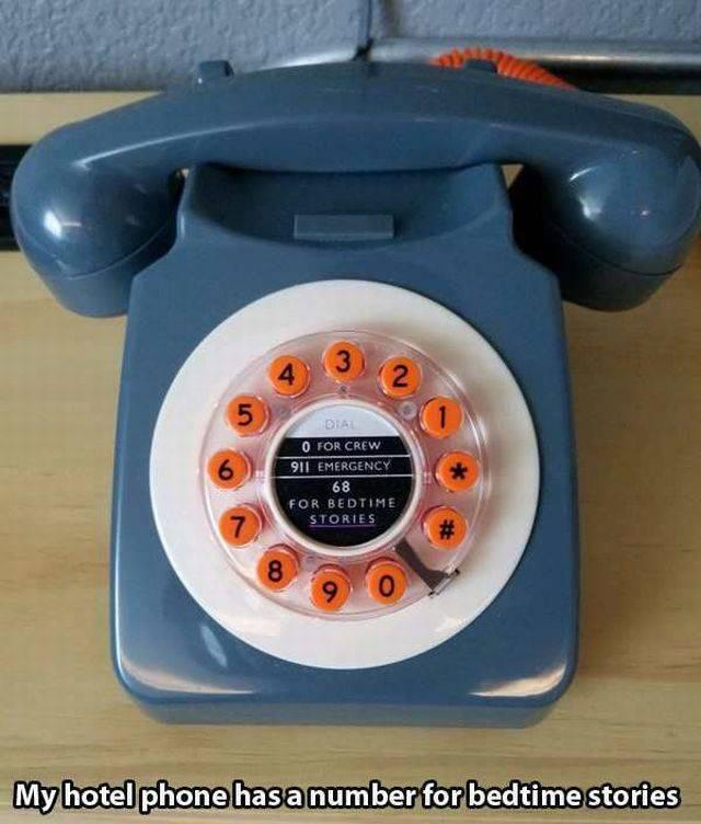 Foto teléfono atiguo de rueda en un hotel vintage