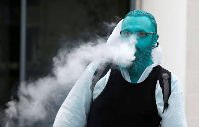 Chicos hipsters con la piel azul pitufo