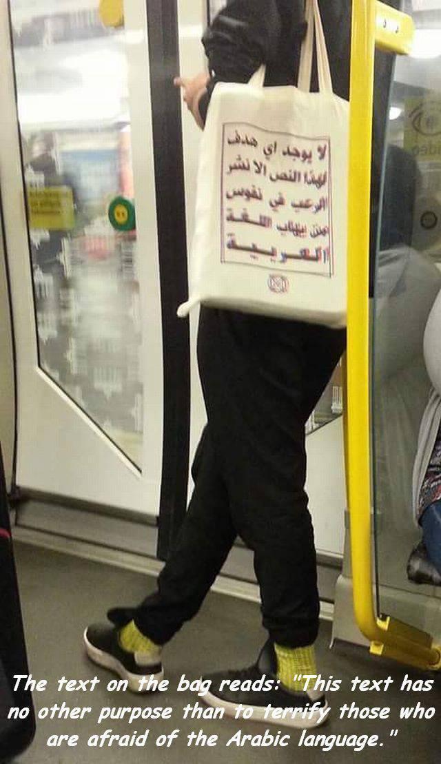 Bolso mensaje en árabe para asustar