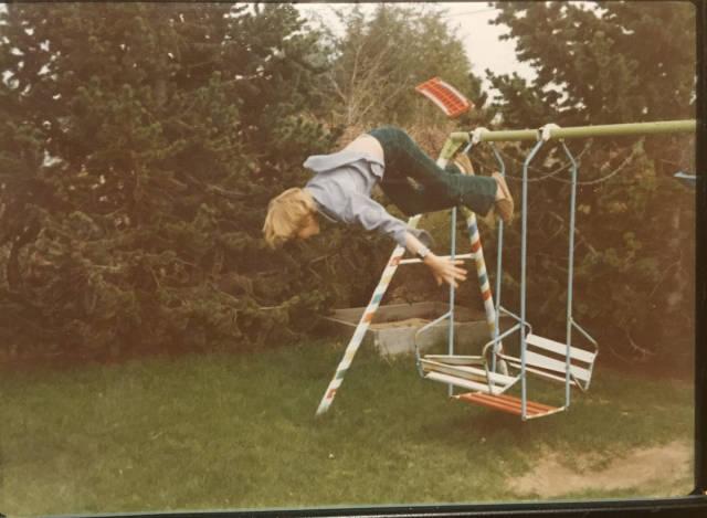 Foto antigua niño cayéndose del columpio