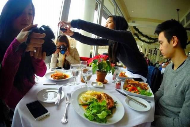 Foto graciosa chico comiendo con sus amigas Instagramers