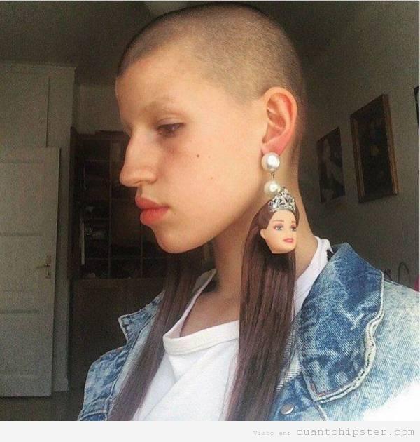 Chica hipster con pendientes cabeza de Barbie