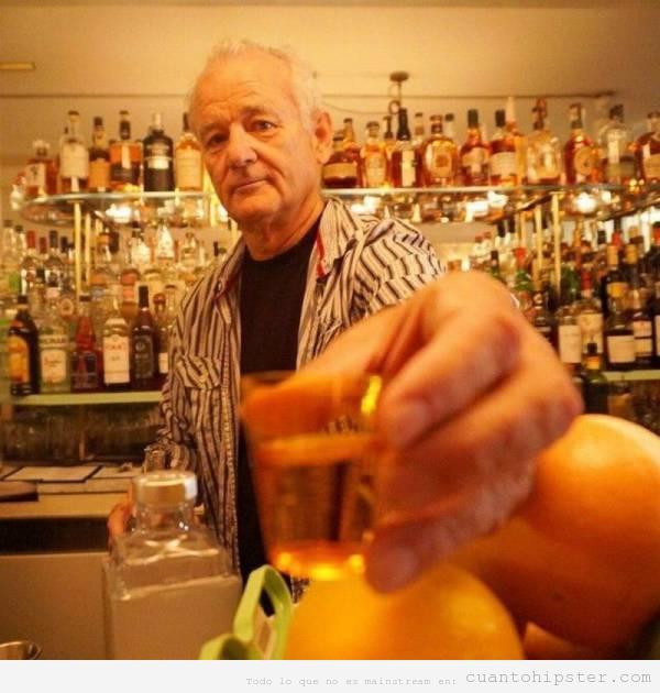 Foto de Bill Murray sirviendo copas en un bar