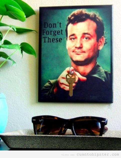 Foto graciosa Bill Murray en el recibidor de tu casa con las llaves
